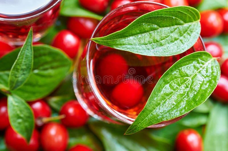 Licor doce feito da cereja de cornalina madura imagem de stock royalty free