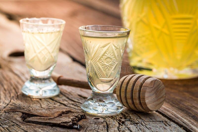 Licor saboroso com álcool e mel fotografia de stock royalty free