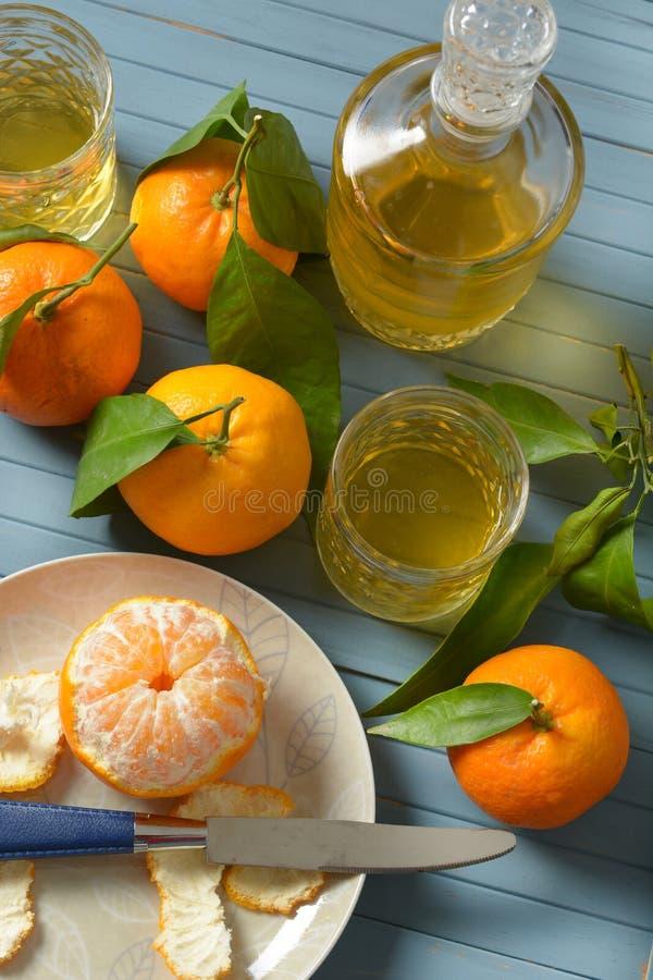 Licor siciliano do mandarino com frutos ao redor imagem de stock royalty free