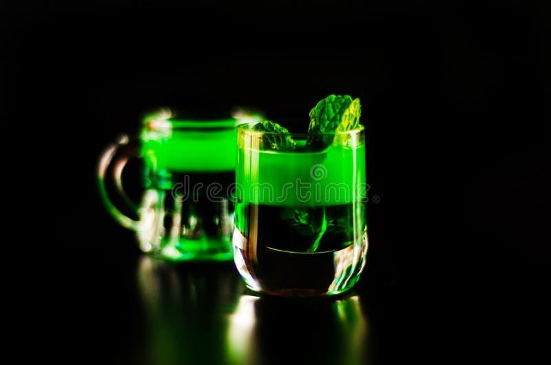 Licor verde de la menta, bebida de restauración con la menta fresca, activando imagen de archivo libre de regalías