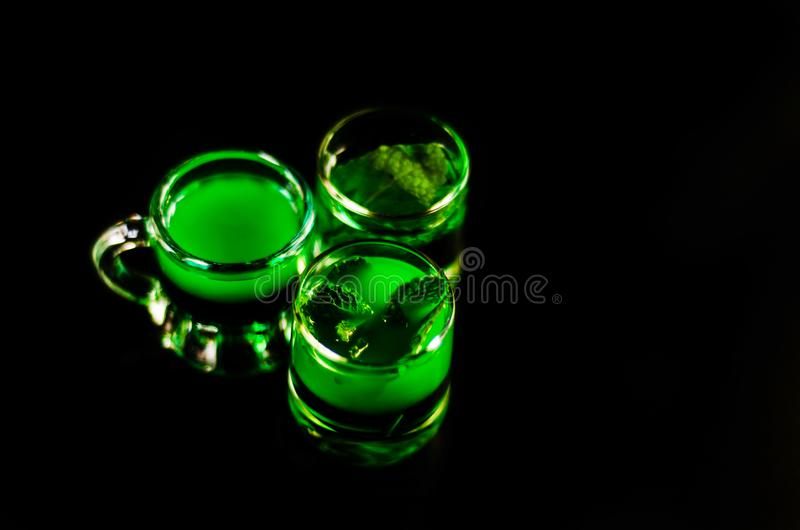 Licor verde de la menta, bebida de restauración con la menta fresca, activando fotos de archivo libres de regalías