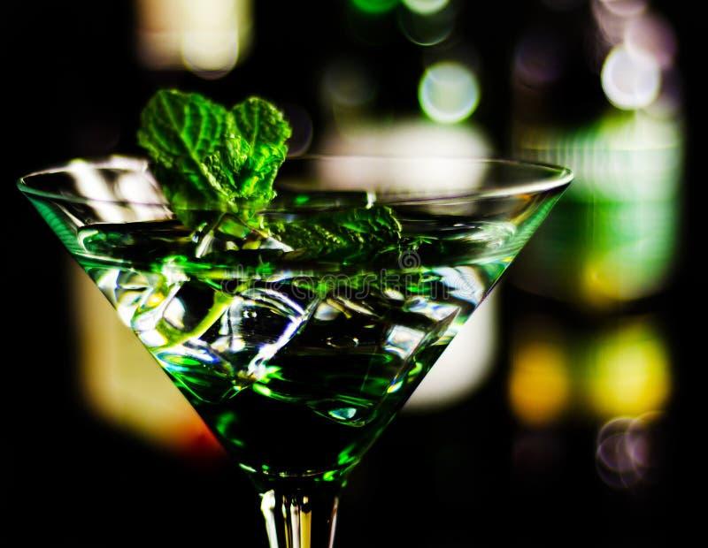 Licor verde de la menta, bebida de restauración con la menta fresca, activando fotografía de archivo