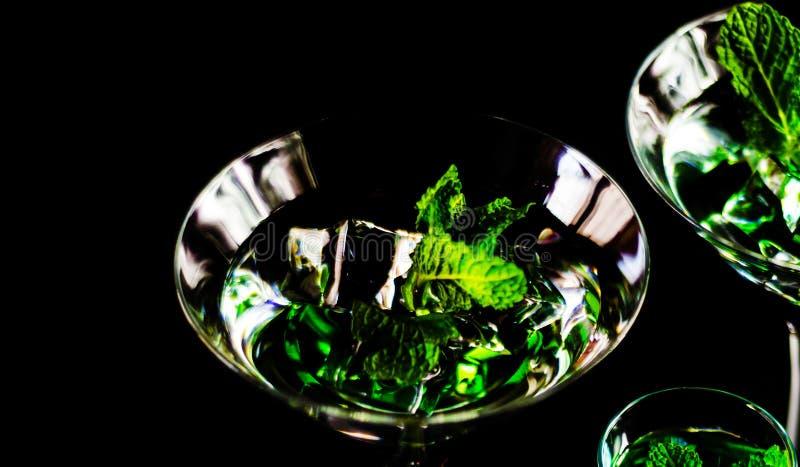 Licor verde de la menta, bebida de restauración con la menta fresca, activando imágenes de archivo libres de regalías