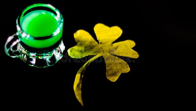 Licor verde de la menta, bebida de restauración con la menta fresca, activando foto de archivo libre de regalías