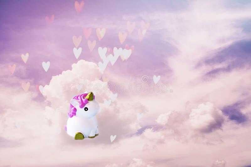 Licorne blanche mignonne sur le fond en pastel violet-clair et rose avec les nuages et le bokeh de coeur F?te de naissance, conce illustration de vecteur