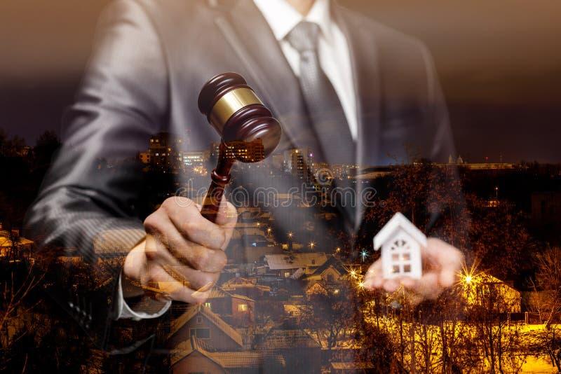 Licytator prowadzi aukcję dla sprzedaży nieruchomość zdjęcia stock