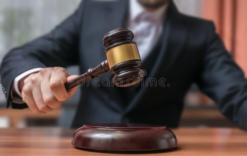 Licytator uderza z młoteczkiem Aukci i sprawiedliwości pojęcie fotografia royalty free
