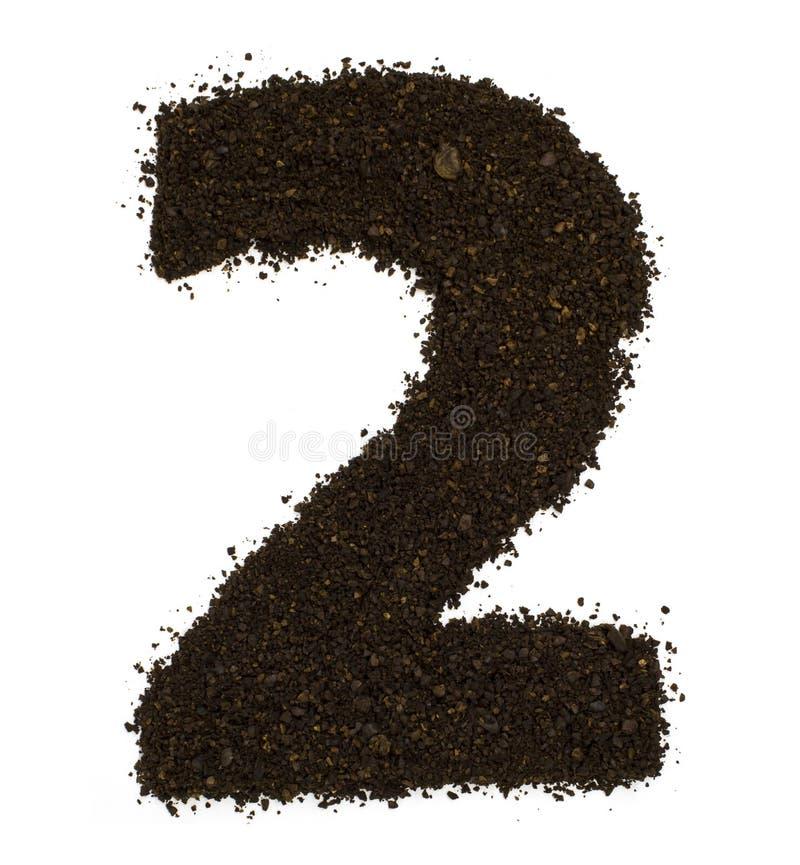 Liczba 2 dwa zrobił zmielona prostacka kawa odizolowywająca na bielu Mieszkanie nieatutowy, odgórny widok zdjęcia royalty free