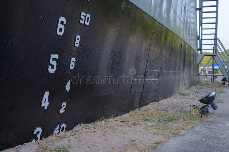 Liczba na żelaznej ścianie fotografia stock