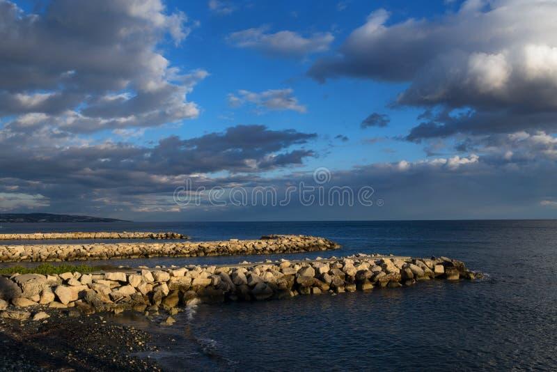 Liczba trzy mola sterczy w morze zdjęcia stock