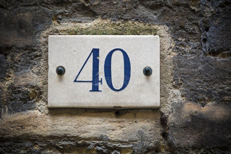 Liczby czterdzieści drzwi liczba na ściana z cegieł zdjęcia royalty free