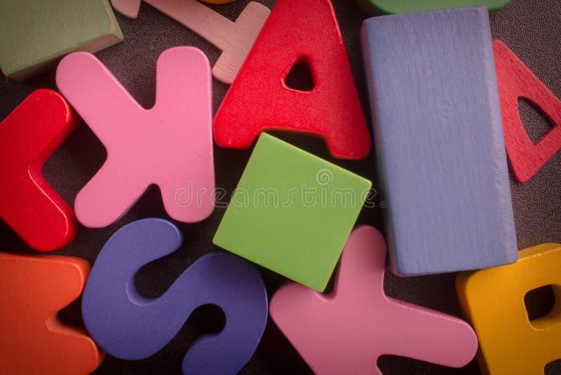 Liczby, listy i bloki na czarnym tle, zdjęcie stock