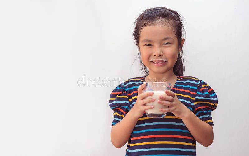 ?liczna ma?a dziewczynka z szk?em mleko obrazy royalty free