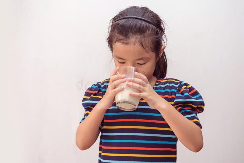 ?liczna ma?a dziewczynka z szk?em mleko zdjęcia stock