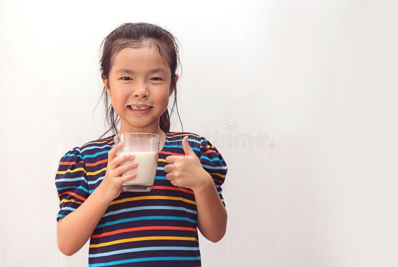 ?liczna ma?a dziewczynka z szk?em mleko obraz stock
