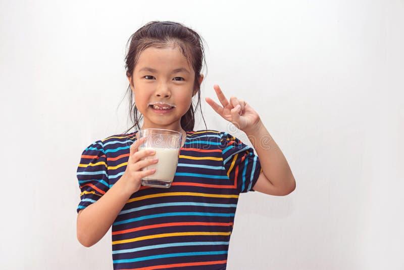 ?liczna ma?a dziewczynka z szk?em mleko zdjęcie royalty free
