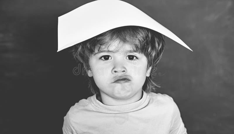 ?liczna ma?a preschool dzieciak ch?opiec w sali lekcyjnej koncepcja uczenia si? czarnych t?a poj?cia do copyspace ksi??ek fotografia royalty free
