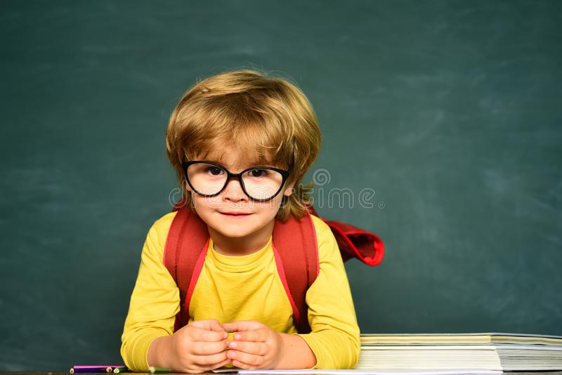 ?liczna ma?a preschool dzieciak ch?opiec w sali lekcyjnej Nauki edukacji poj?cie klasa Ma?a studencka ch?opiec szcz??liwa z obraz royalty free