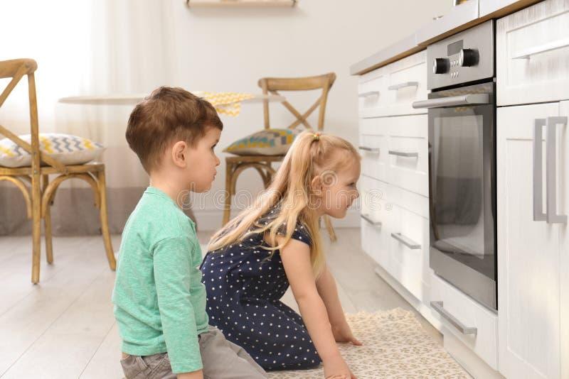 ?liczni dzieci siedzi blisko piekarnika zdjęcia stock