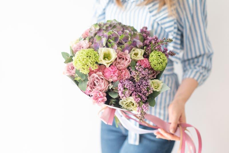 ?liczny bukiet mieszani kwiaty w kobiet r?kach praca kwiaciarnia przy kwiatu sklepem Delikatny Pastelowy kolor ?wie?y zdjęcia stock