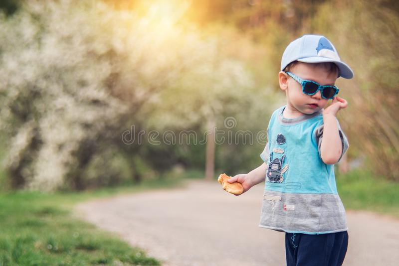 ?liczny dziecko pozuje outdoors obrazy royalty free