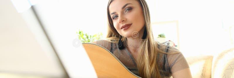 ?liczny ?e?ski gitarzysty instrument Bawi? si? Tutorial zdjęcie royalty free
