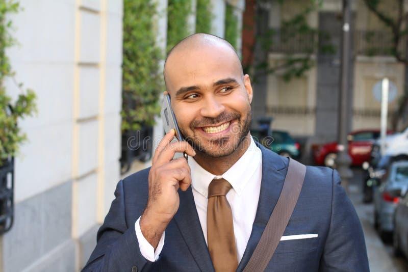 ?liczny etniczny biznesmen dzwoni telefonem outdoors obraz stock