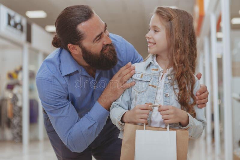 ?liczny ma?a dziewczynka zakupy przy centrum handlowym z jej ojcem obrazy stock