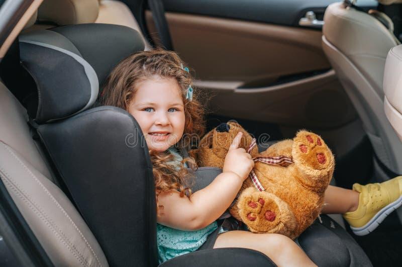 ?liczny ma?y dziecka dziecka obsiadanie w samochodowym siedzeniu Portret ?liczny ma?y dziecka dziecka obsiadanie w samochodowym s fotografia royalty free