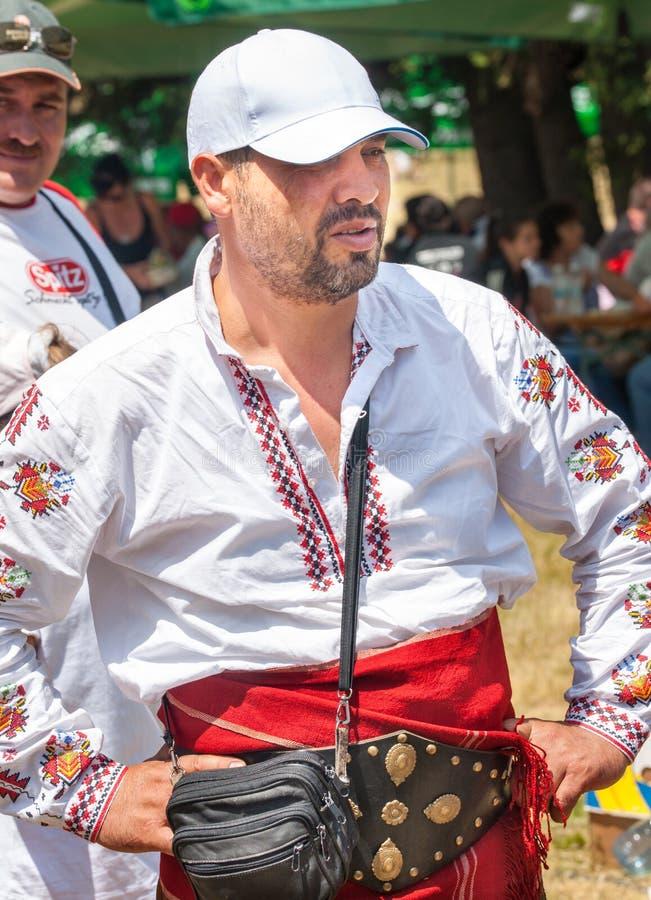 Lid van het Festival van Rozhen in het nationale overhemd stock fotografie