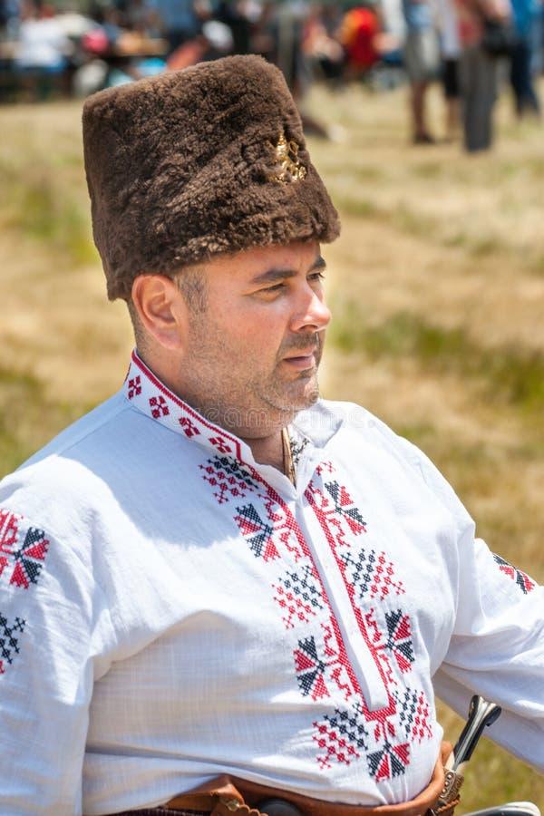 Lid van het Nationale Festival van Rozhen in Bulgaars geborduurd overhemd royalty-vrije stock afbeeldingen