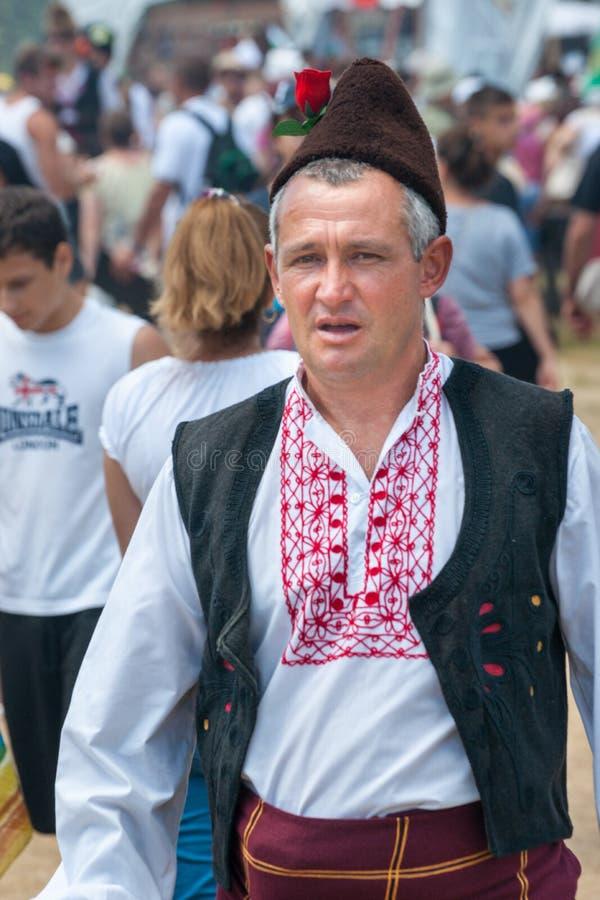 Lid van het Nationale Festival van Rozhen in de hoed van Bulgarije stock foto