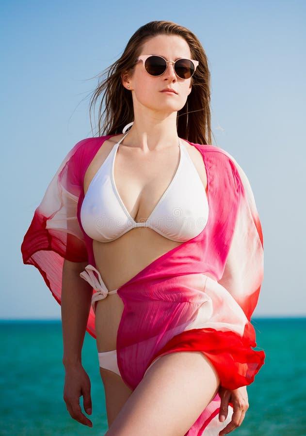 lida 海 白色比基尼泳装海,太阳镜,长袍+ 免版税库存照片