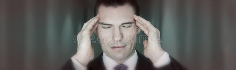 Lidande för affärsman från spänningsmigränhuvudvärk arkivfoton