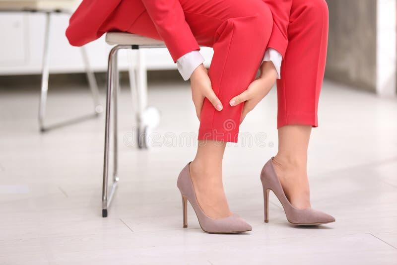 Lidande för den unga kvinnan från benet smärtar arkivfoto