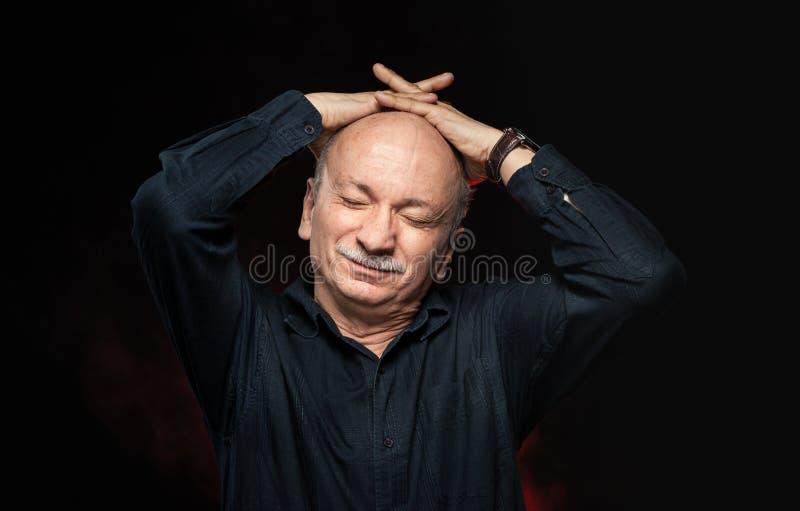 Lidande för hög man från huvudvärk royaltyfria foton