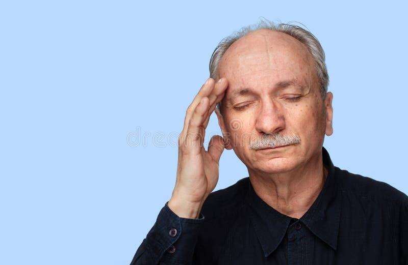 Lidande för hög man från huvudvärk arkivfoton