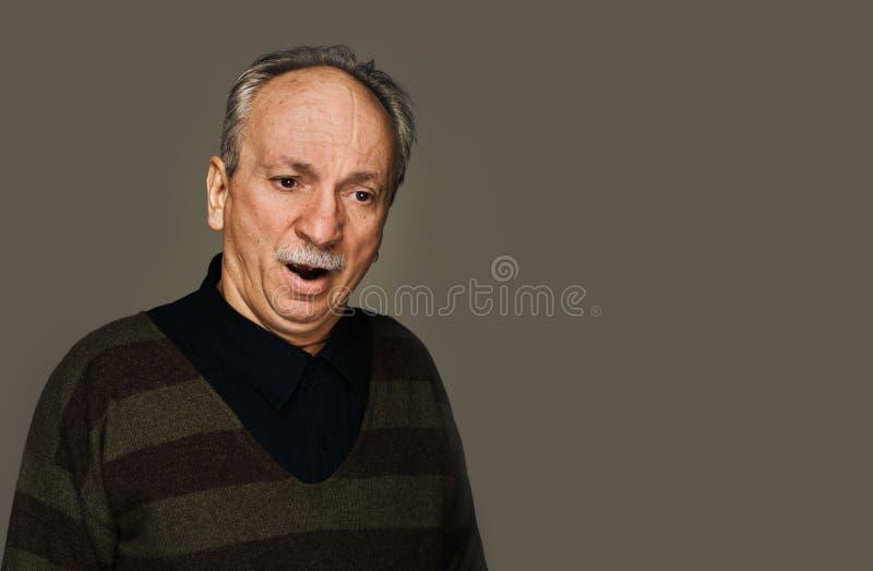 Lidande för hög man från huvudvärk arkivfoto