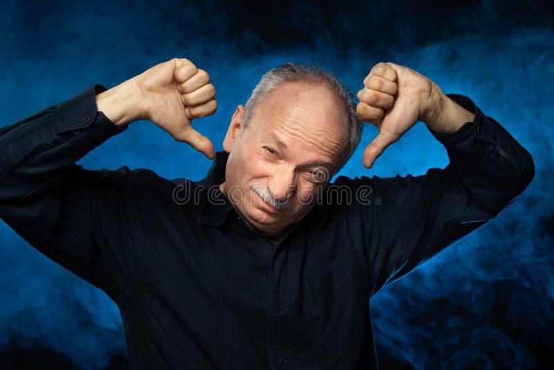 Lidande för hög man från huvudvärk arkivbild