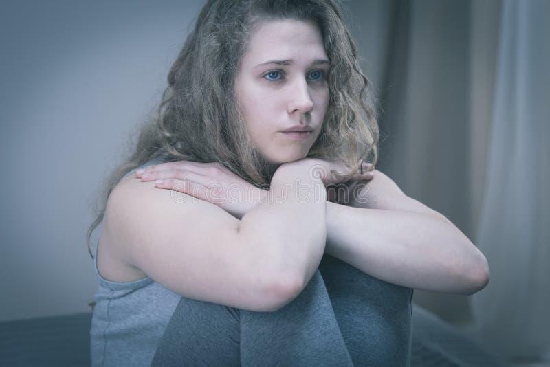 Lidande för tonårs- flicka från fördjupning arkivfoton