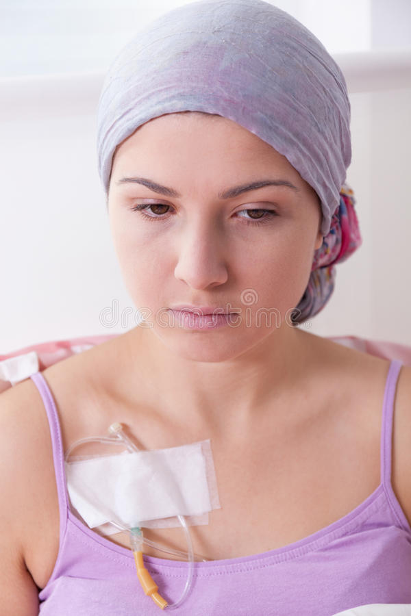 Lidande för ung kvinna från cancer royaltyfria foton