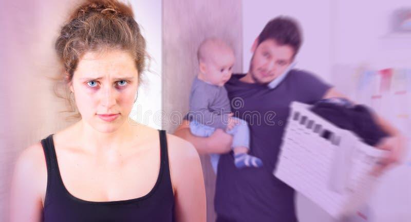 Lidande för ung kvinna från postpartum fördjupning arkivfoton
