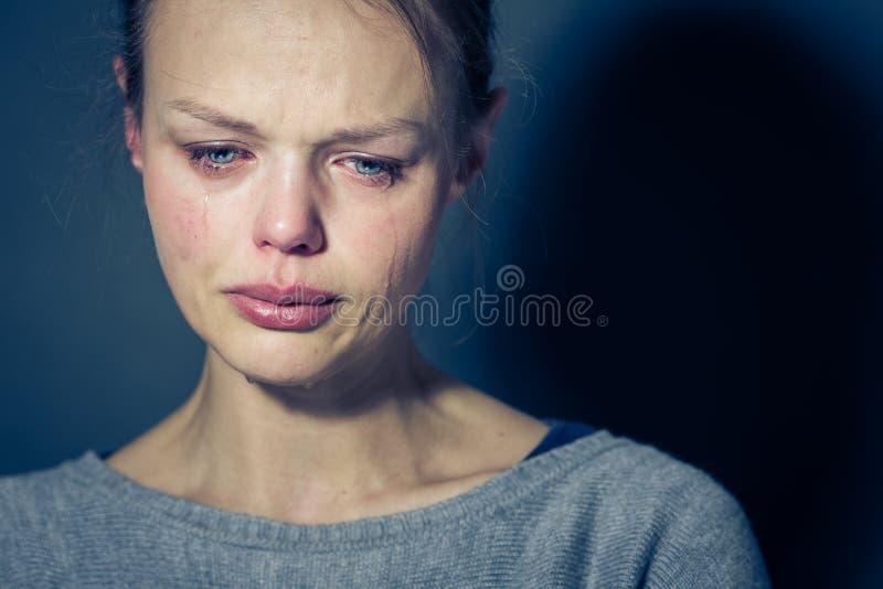 Lidande för ung kvinna från sträng fördjupning/ångest/sorgsenhet arkivfoto