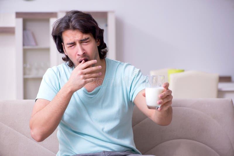 Lidande för ung man från allergi royaltyfri bild