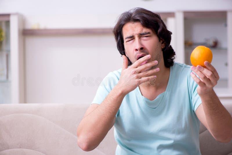 Lidande för ung man från allergi arkivfoton