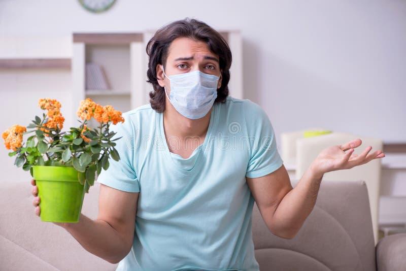 Lidande för ung man från allergi arkivfoto