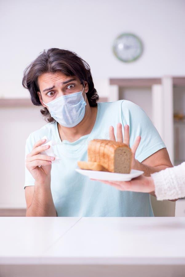 Lidande för ung man från allergi royaltyfria foton