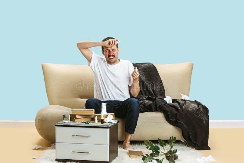 Lidande för ung man från hauseholddamm eller säsongsbetonad allergi royaltyfri bild