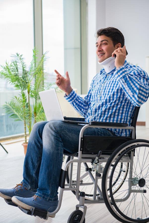 Lidandet för ung man från skada på rullstolen hemma arkivfoton