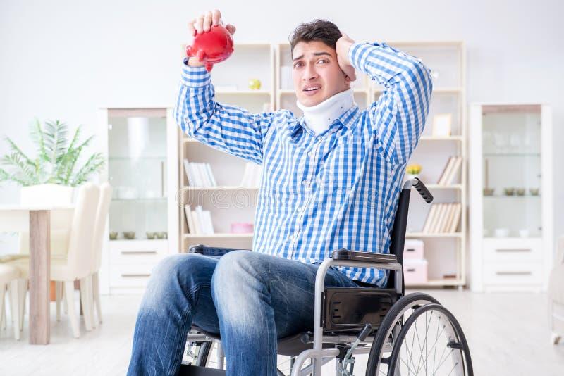 Lidandet för ung man från skada på rullstolen hemma arkivbilder